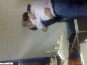 دكتور نسا وولادة زانق مزة مراهقة فى العيادة ويفحتها نياكة وتصوير